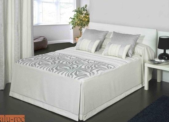 Viste tu00fa cama con textiles en tonos dorados y plateados, los colores ...